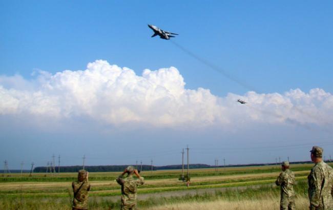 Фото: учебная имитационная посадка летчиков МиГ-29 и Су-24 на участок автодороги Киев-Чоп (пресс-центр командования Воздушных сил ВСУ)