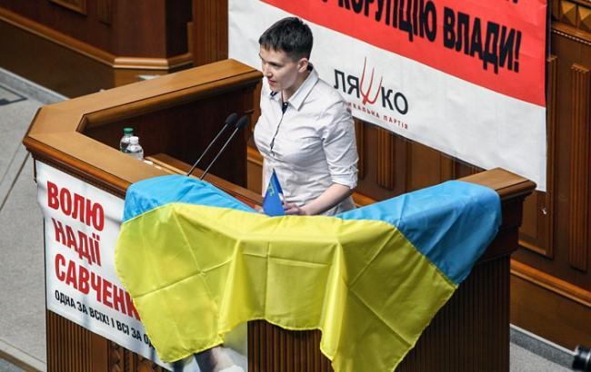 Фото: Надія Савченко за парламентською трибуною (interfax.ru)