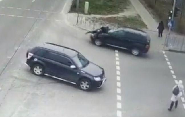 Прокатил на капоте: под Киевом водитель сбил мужчину и скрылся (видео)