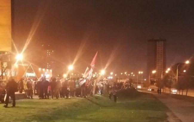 Протесты в Минске: демонстранты блокируют дороги, слышны выстрелы