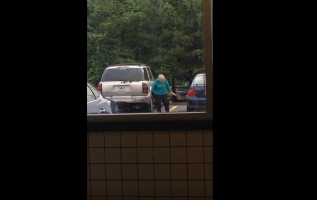 Танцующая у супермаркета бабушка стала звездой соцсетей