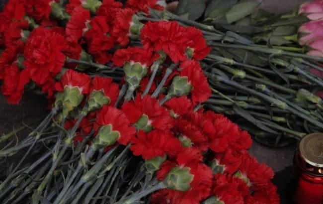 """""""Вистилали квітами дорогу додому"""": односельці стоячи на колінах зустрічали загиблого воїна (відео)"""