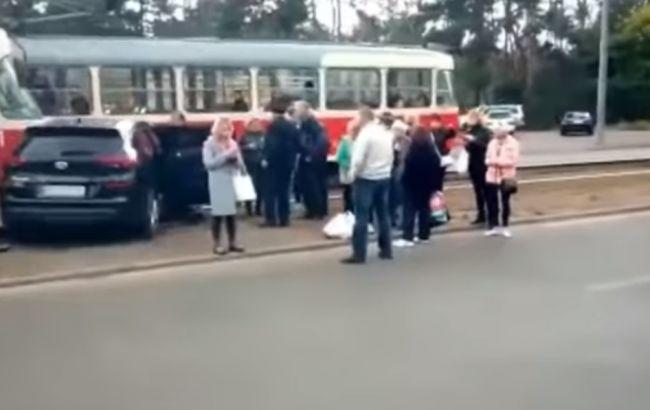 У Києві авто врізалося в трамвай, є постраждала