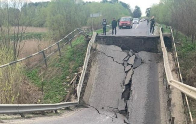 На трассе Львов-Луцк обвалился мост и заблокировал дорогу