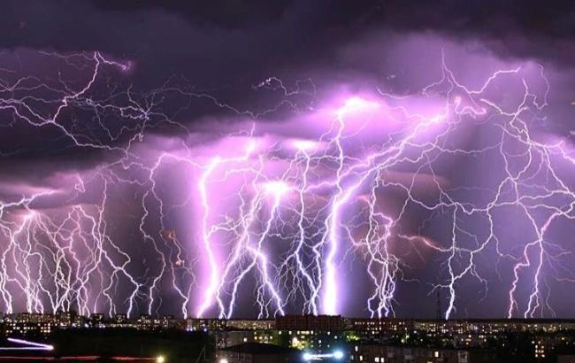 """""""Київ відвідав бог грому"""": в мережі опублікували унікальні знімки блискавок під час грози (фото)"""