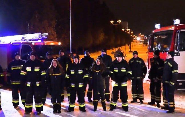"""Видео дня: сеть взорвало трогательное исполнение """"Щедрика"""" спасателями"""