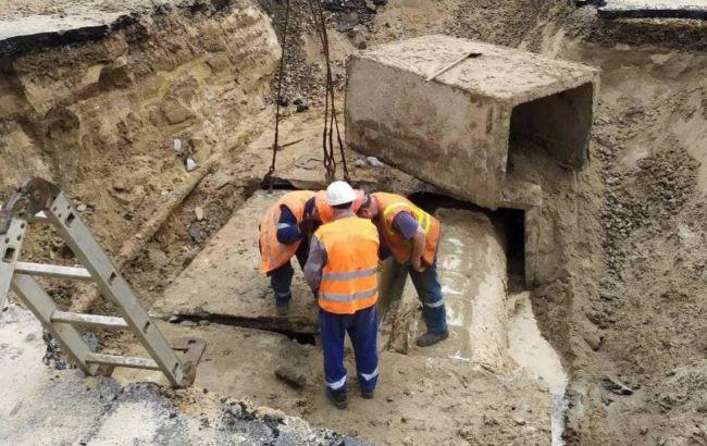 Прорыв трубы возле Ocean Plaza: КГГА обещает закончить ремонт за сутки