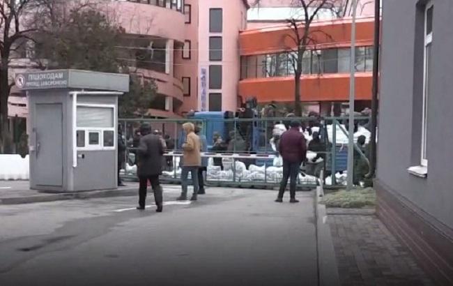 Фото: мешки под офисом телеканала (newsone.ua)