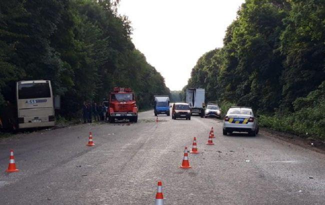 Під Хмельницьким автобус з туристами врізався у вантажівку, є загиблий
