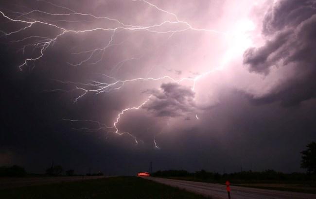 Объявлено грозовое предупреждение: в каких областях ожидается гроза и сильный ветер