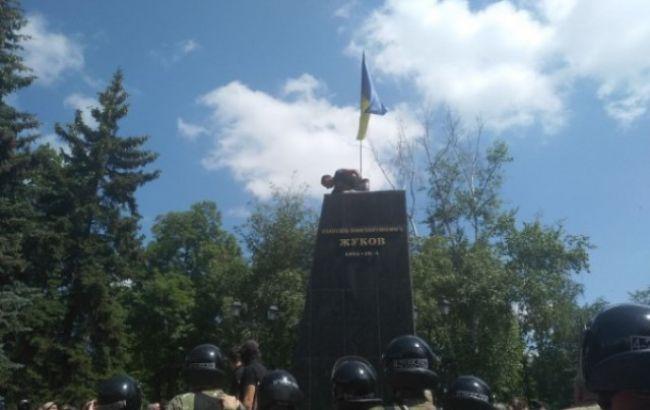 В Харькове участники акции протеста снесли бюст Жукову