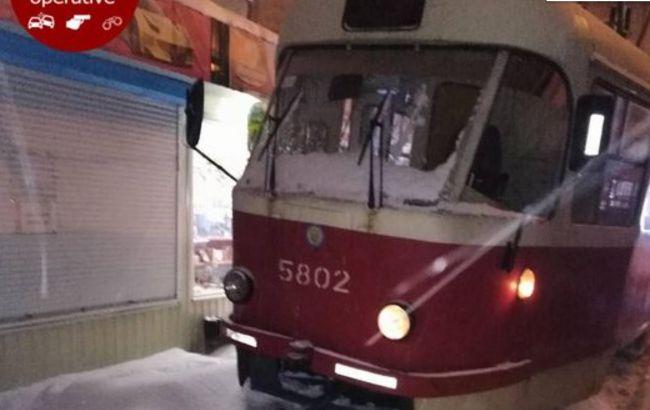 Сошел с рельсов: в Киеве трамвай едва не снес МАФы