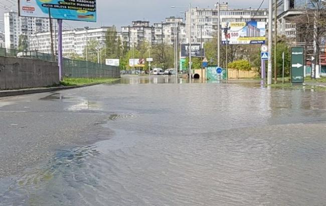 Фото: Потоп на улице Борщаговской (facebook.com/dtp.kiev.ua)