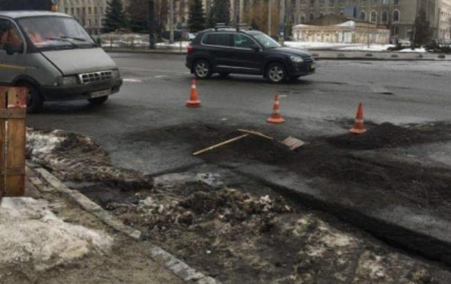 В Києві укладали асфальт в сніг та калюжі (фото)