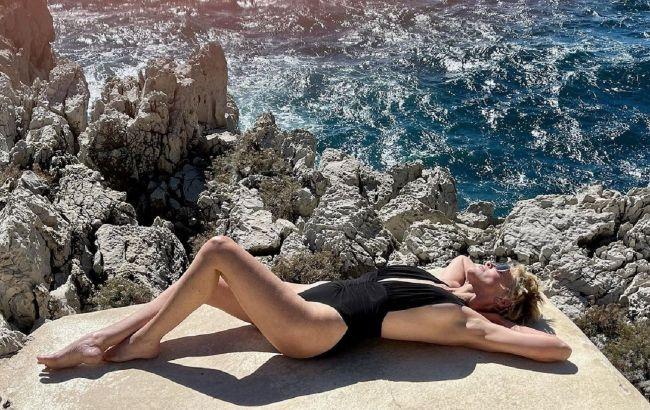 Полуголая на кровати: Шэрон Стоун показала роскошное тело в пикантном образе