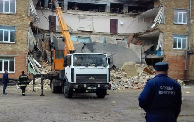 Фото: Наслідки обвалення шкільної стіни (mvs.gov.ua)