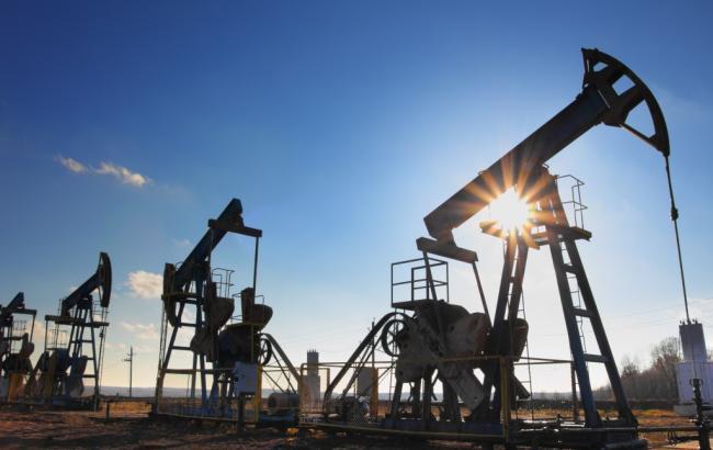 Нефть незначительно поднялась вцене на фоне уменьшения курса доллара
