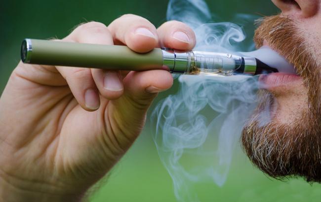 Фото: Курение электронной сигареты (polezniesoveti.net)