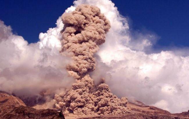 Фото: вулкан Шивелуч на Камчатці викидає з весни 2009 року