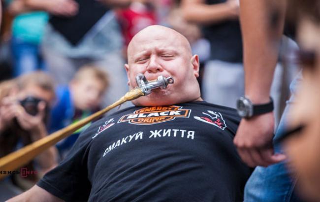 Фото: Олег Скавиш в момент встановлення чергового рекорду (facebook.com)