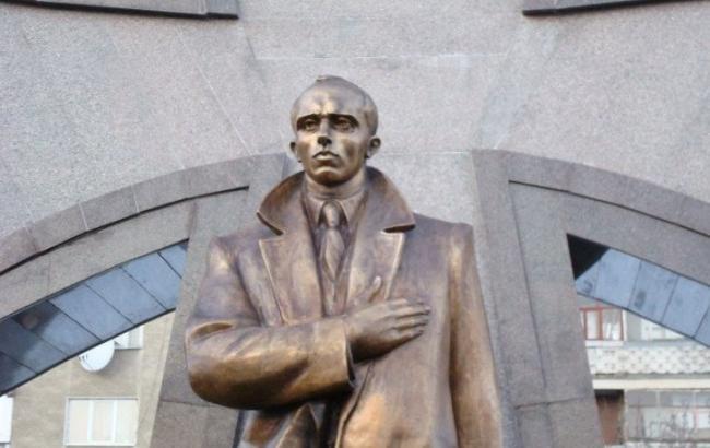 Фото: Пам'ятник Степану Бандері (kvedomosti.com)