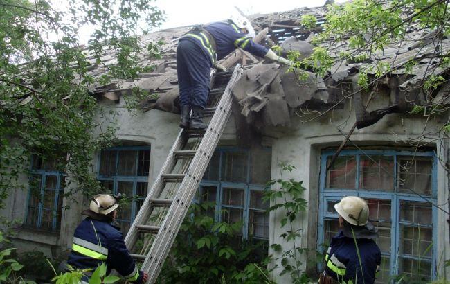 Фото: рятувальники ліквідують пошкодження будівлі