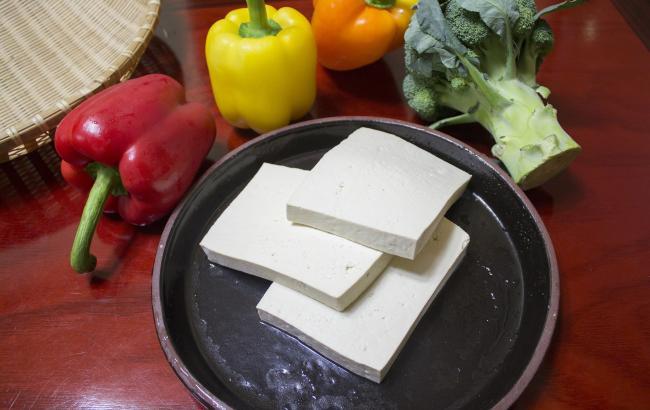 Жареный тофу с томатно-базиликовым соусом: повар поделился оригинальным веганским рецептом