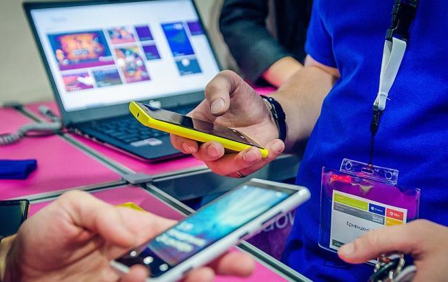 """Фото: рынок мобильных устройств (""""Коммерсант"""")"""