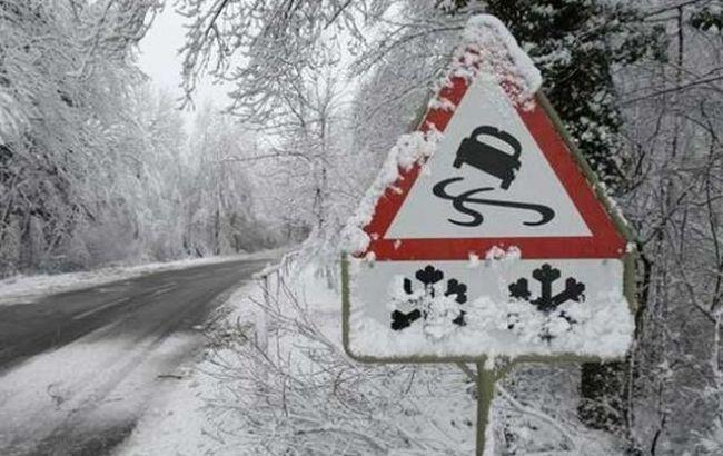 Фото: снігопад на дорозі