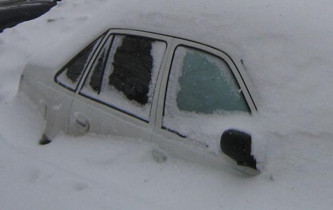 Фото: Засыпанное снегом авто