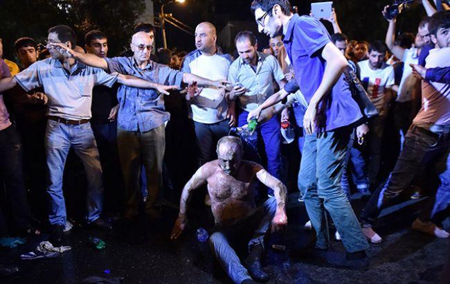 Фото: пожилой мужчина вылил на себя, предположительно, бензин и зажег его
