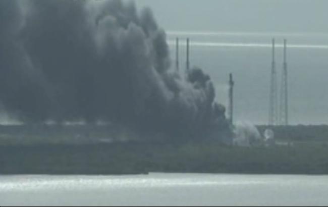 Фото: технічний збій на пусковому майданчику компанії SpaceX у США (скріншот з Youtube-каналу Storyful News)