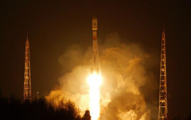 """Фото (ТАCС): старт ракети """"Союз-2.1б"""" із супутником військового призначення з космодрому Плесецьк"""
