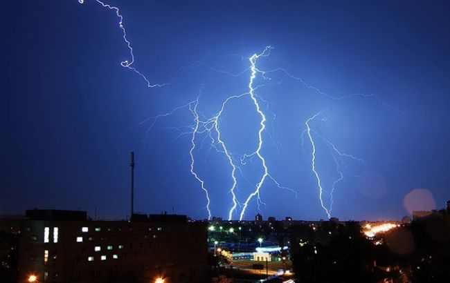 Фото: в Индии продолжаются сильные дожди и молнии