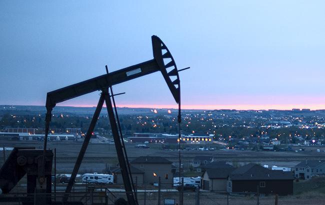 Цены нанефть понижаются  из-за роста коммерческих запасов нефти вСША