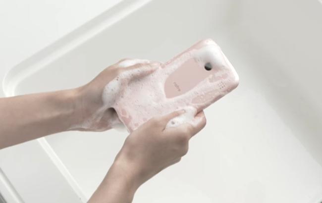 У Японії випустили смартфон, який можна мити водою з милом