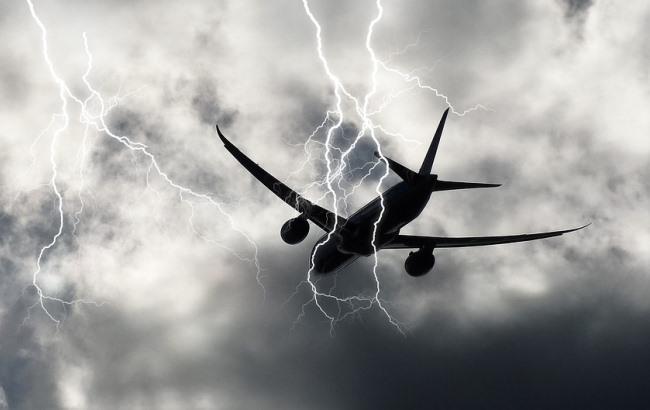 Молния из окна самолета: украинка запечатлела электрический разряд в небе (видео)