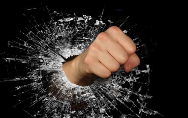 В Киеве из-за отказа продать алкоголь покупатели напали на охранников (фото)