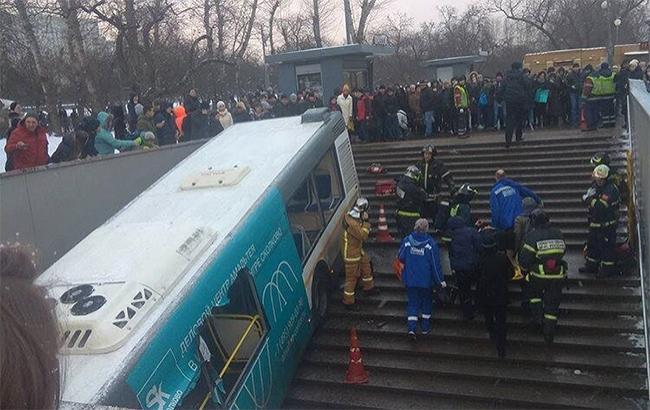 Фото: автобус въехал в подземку (twitter.com-usolt)