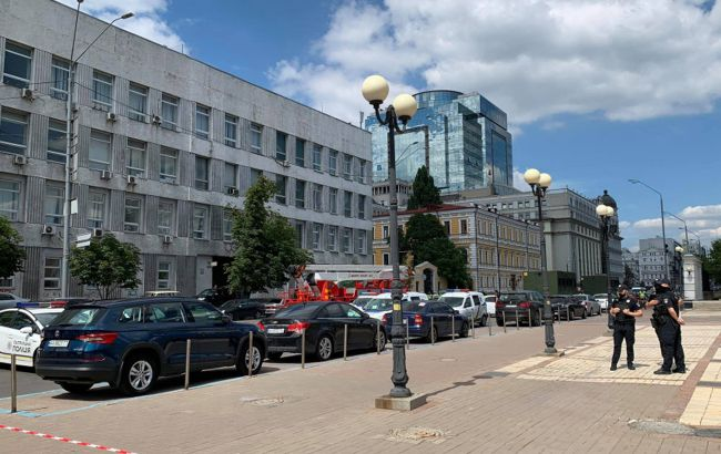 Захоплювач банку в Києві загрожує, що бомба вибухне навіть в разі його ліквідації
