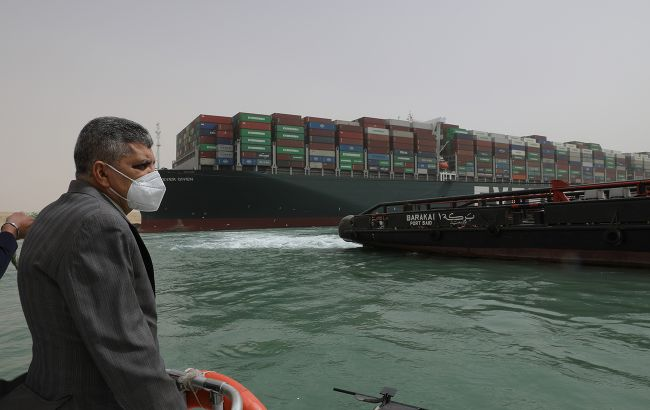Застрягле в Суецькому каналі судно вдалося зрушити з місця
