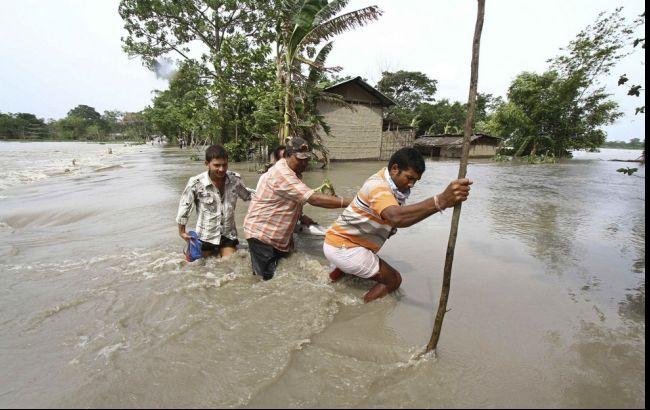 Фото: повені затопили вулиці міст в Індії