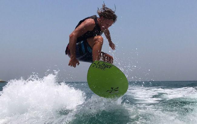 Спортсмен-серфингист: как выглядит родной брат Кати Осадчей (фото)