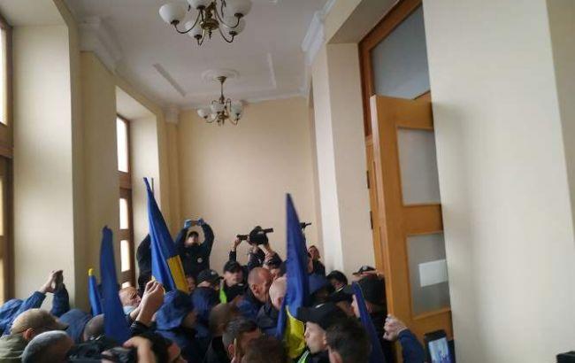 У Черкаській облраді сталася сутичка між поліцією та мітингувальниками
