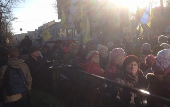 Количество митингующих под Радой увеличилось до 3 тысяч человек