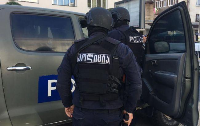 В Тбилиси вооруженный мужчина взял в заложники 9 человек
