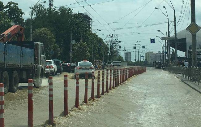 Прорыв трубы возле Ocean Plaza в Киеве: транспорт изменил маршрут