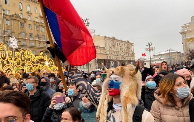 Файеры и первые пострадавшие: митингующие в Москве идут на Красную площадь