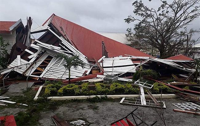 Фото: разрушенное здание парламента (twitter.com/ElizabethVKite)