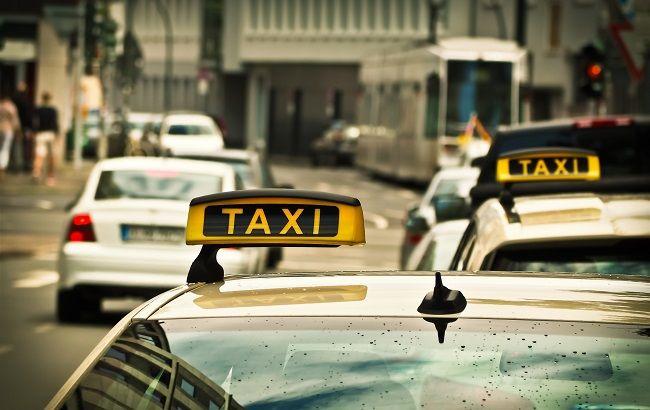 Провіз на капоті: у Львові таксист збив людину на переході (відео)
